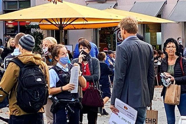 Teilnehmer einer Mahnwache ignorieren in Lörrach die Maskenpflicht