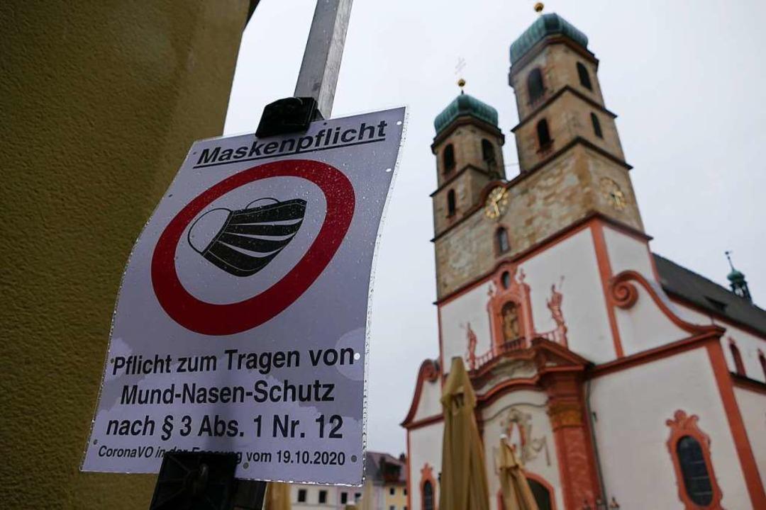 Zusätzliche Schilder weisen auf die Maskenpflicht auf dem Münsterplatz hin.  | Foto: Stefan Mertlik