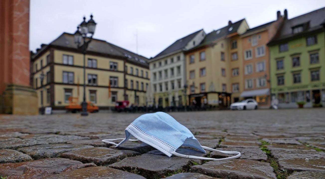 Auf dem Bad Säckinger Münsterplatz gil...aßenpflaster, aber für Mund und Nase.   | Foto: Stefan Mertlik