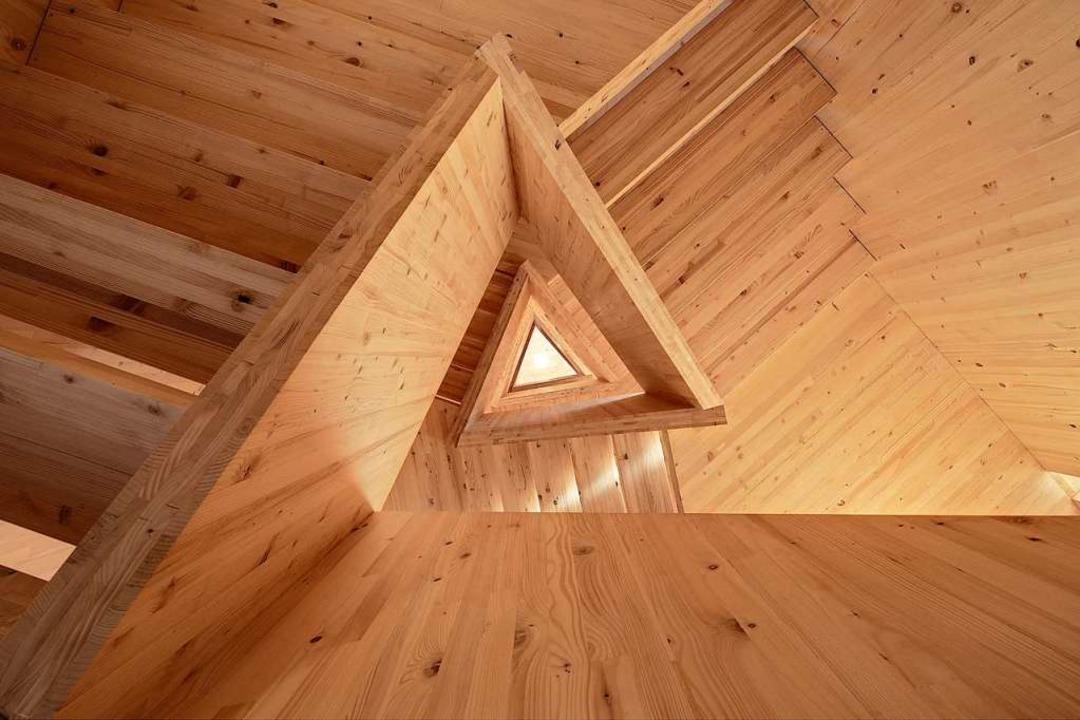 Der Treppenaufgang im dreieckigen Turm...d fest mit den Außenwänden verbunden.   | Foto: Werkgruppe 1