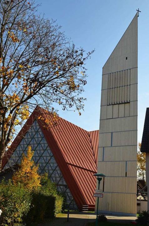 Die Dorfkirche St. Georg mit ihrem neuen Glockenturm.  | Foto: Nikolaus Bayer