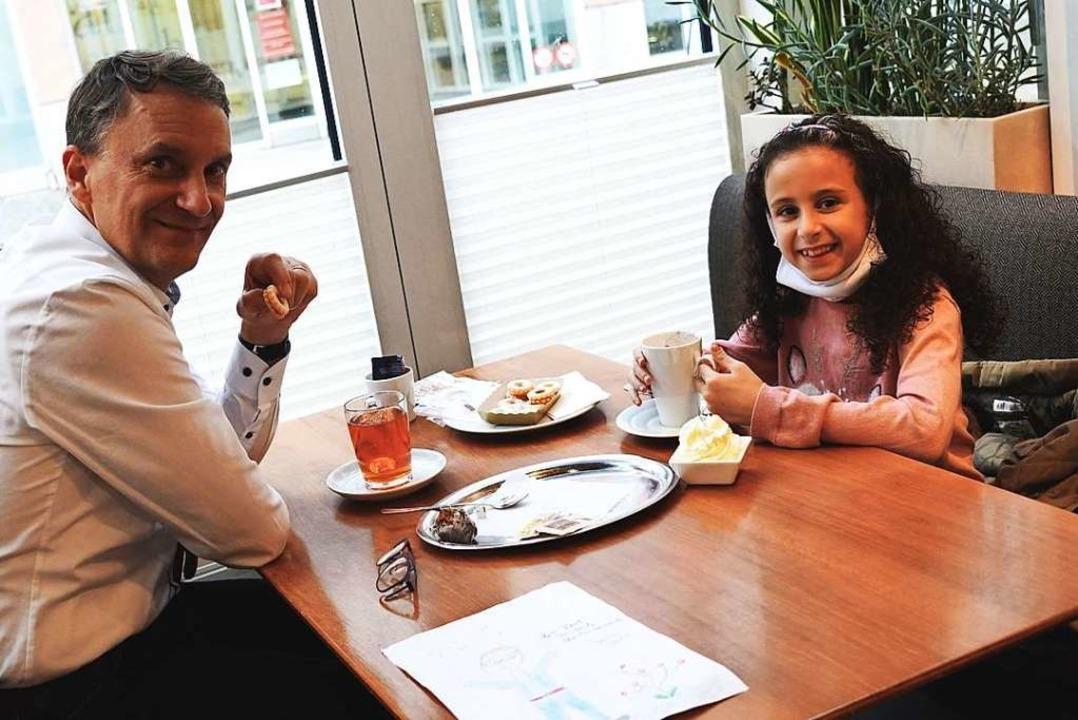 Oberbürgermeister Markus Ibert mit der neunjährigen Marwa  | Foto: Stadt Lahr