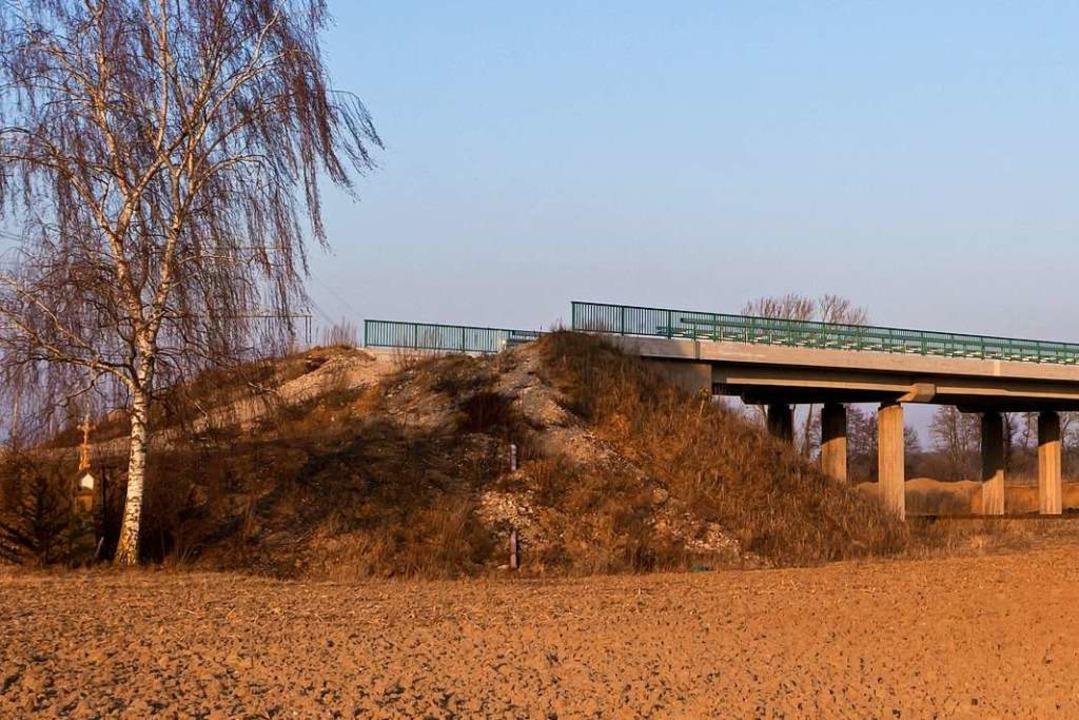 Eine So-Da-Brücke führt ins Nichts.  | Foto: Carlotta Huber