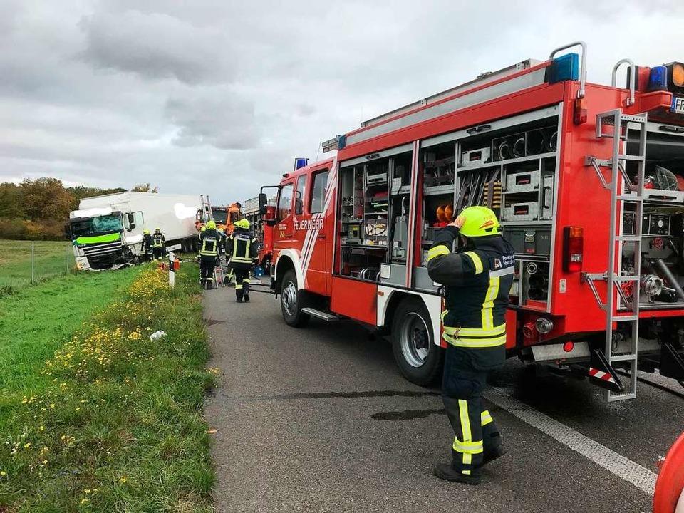 Der Unfall-Lkw kam von der Autobahn ab...r Bergung wurde die Autobahn gesperrt.  | Foto: Feuerwehr Neuenburg