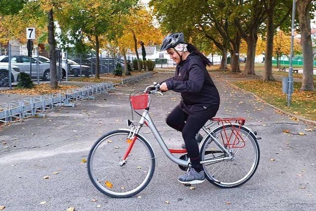 In Endingen lernen geflüchtete Frauen das Fahrradfahren