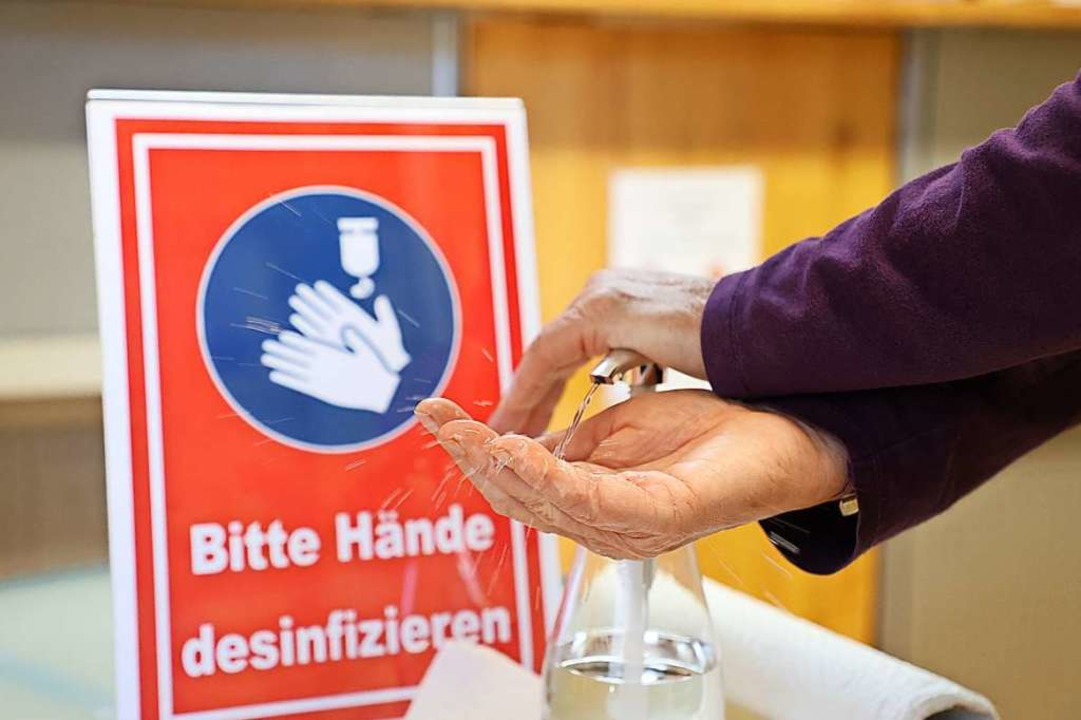 Bitte Hände desinfizieren  | Foto: Bodo Schackow (dpa)