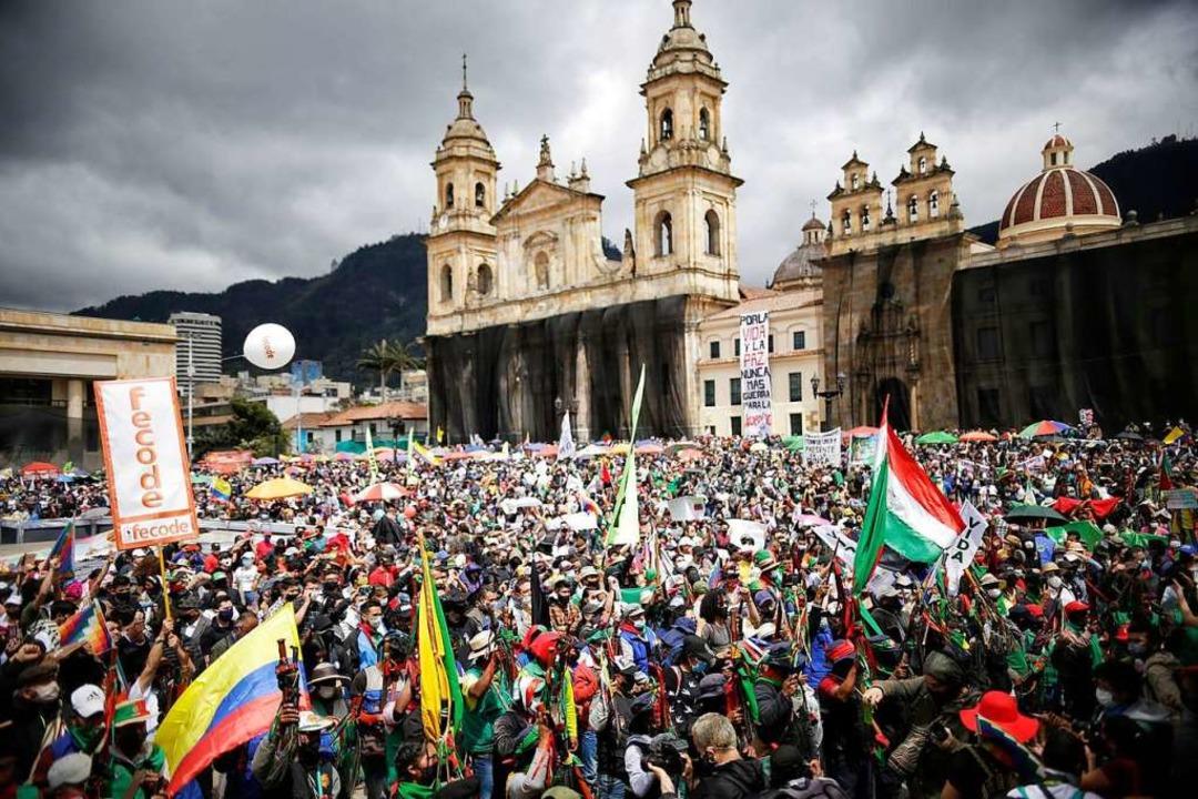 Indigene aus ganz Kolumbien demonstrie...n die Regierung dafür verantwortlich.     Foto: Sergio Acero (dpa)