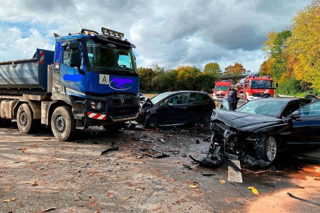 Zwei Autos sind auf der L134 bei Stein...toßen und touchierten dabei einen LKW.  | Foto: Feuerwehr Neuenburg