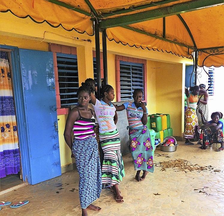 Schülerinnen vor dem farbenfrohen neuen Mädchenwohnheim in Ouahigouya.  | Foto: Georges Bazié