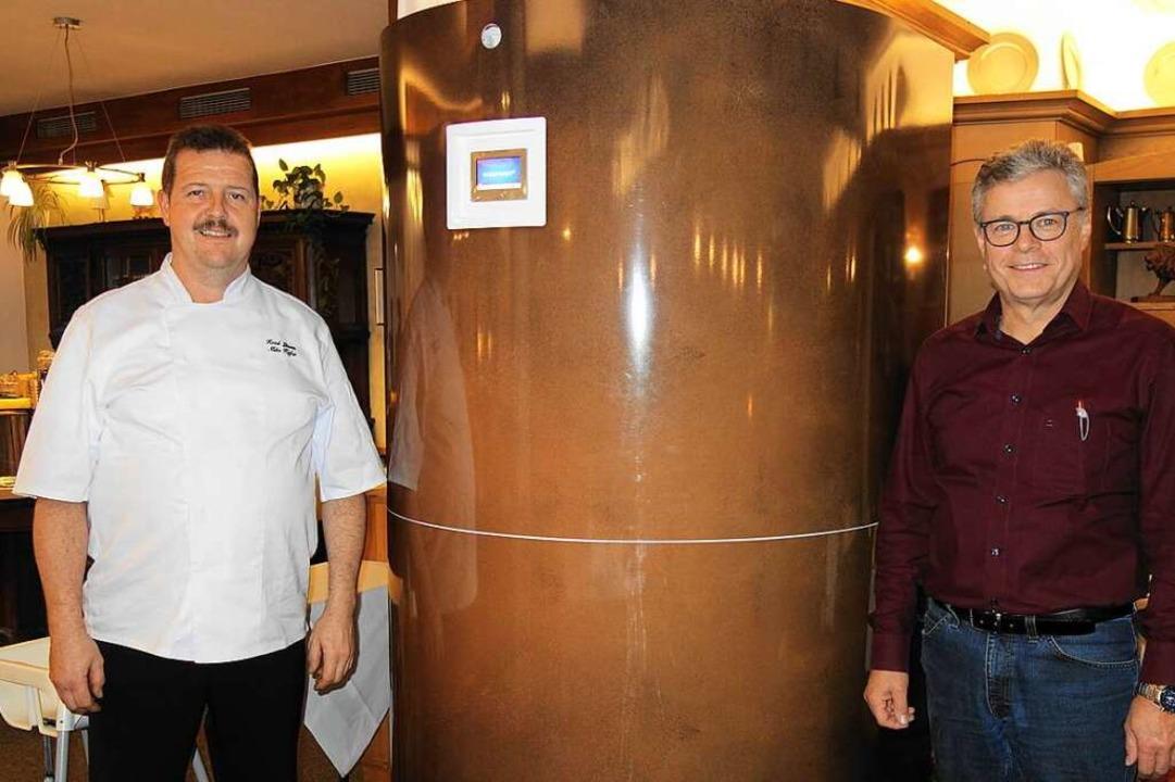 Mike Kiefer (links) und Winfried Schleith mit Luftreiniger.  | Foto: Gudrun Gehr