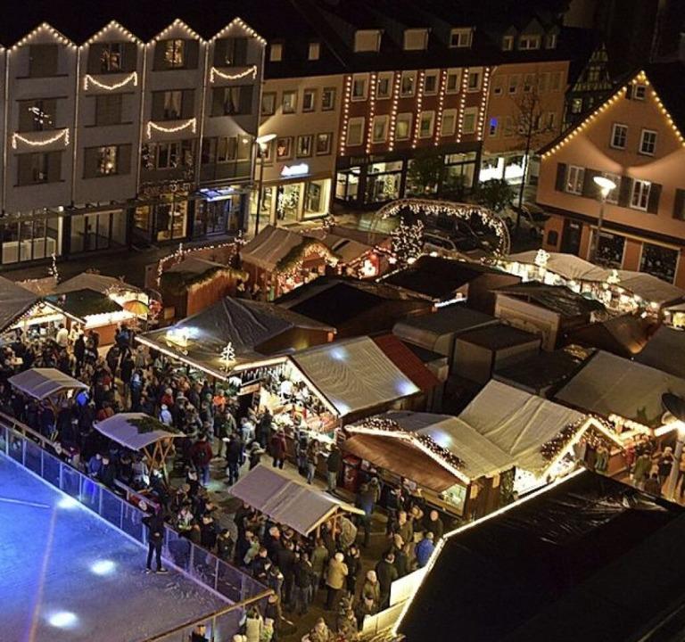 So viel zwischenmenschliche Nähe  auf dem Weihnachtsmarkt geht 2020 nicht.     Foto: Julia Trauden