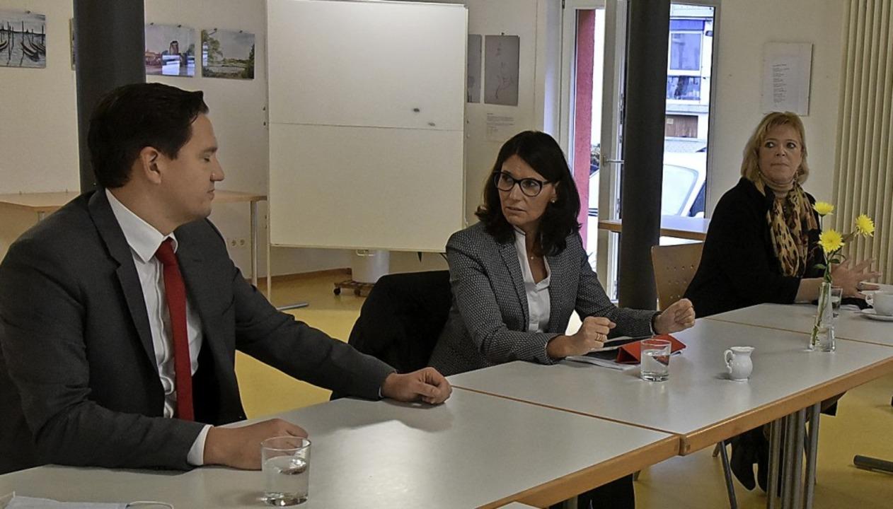 Johannes Fechner, Staatssekretärin Rit...n links) beim Gespräch im Roten Haus.   | Foto: Benedikt Sommer