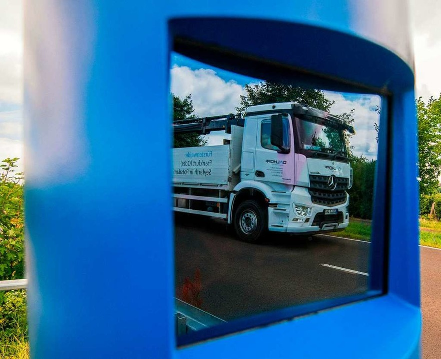 Ein Lkw spiegelt sich in einer Kontrollstele zur Erfassung der Maut für LKW.   | Foto: Patrick Pleul
