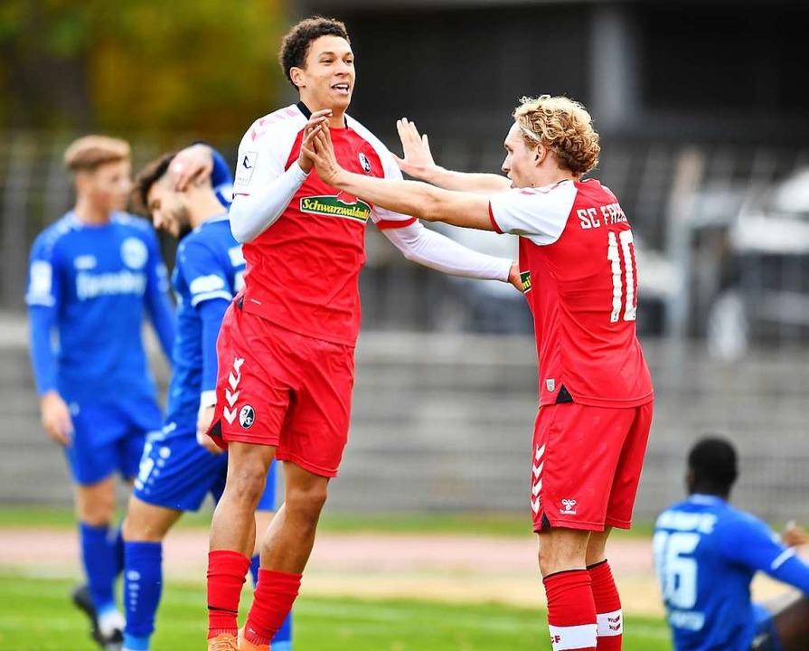 Freudentänzchen: Nishan Burkart (links...weite des SC im Spiel gegen Bahlingen.  | Foto: Achim Keller