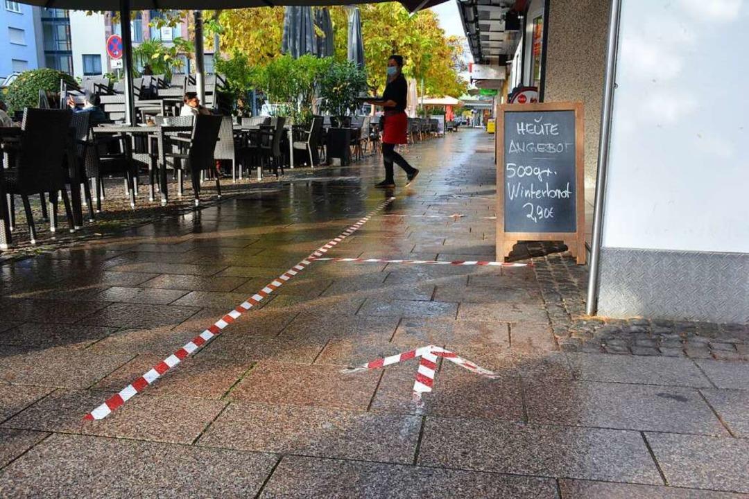 Da geht's lang: Markierungen am ...noch genügend Platz, um vorbeizugehen.  | Foto: Hannes Lauber
