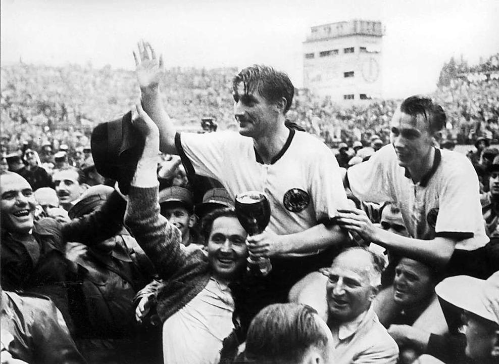 Am 4. Juli 1954 trugen ihn die Fans na...er WM-Trophäe, 100 Jahre alt geworden.    Foto: dpa (dpa)