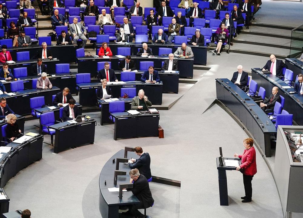 Die Kanzlerin verteidigt die Strategie...egierung: Angela Merkel am Rednerpult     Foto: Kay Nietfeld (dpa)