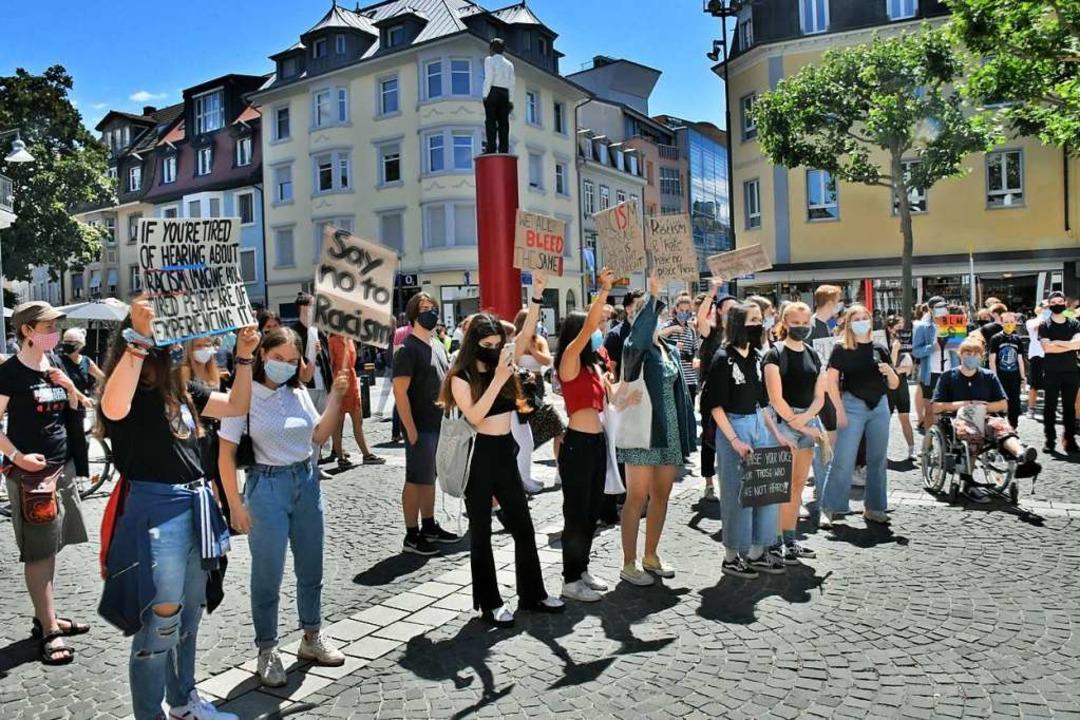 Demo gegen Rassismus auf dem Senser Platz (Juli)  | Foto: Barbara Ruda