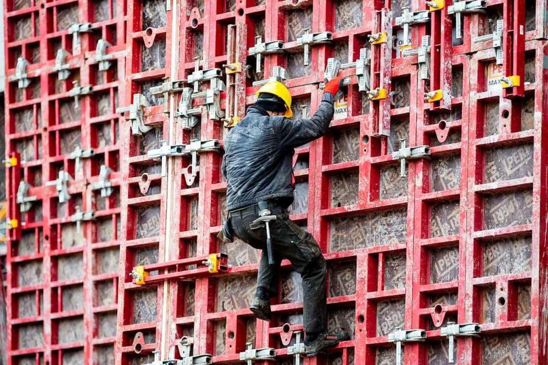 Ein Bauarbeiter arbeitet auf einer Baustelle in Berlin (Symbolbild).  | Foto: Christoph Soeder (dpa)