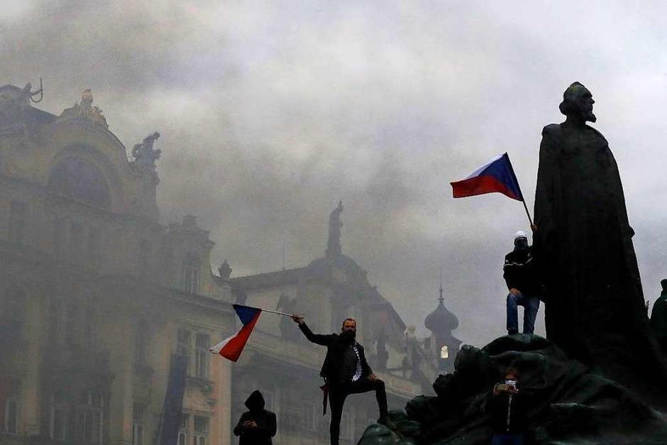 Proteste gegen Corona-Einschränkungen in Prag (Foto: Petr David Josek (dpa))