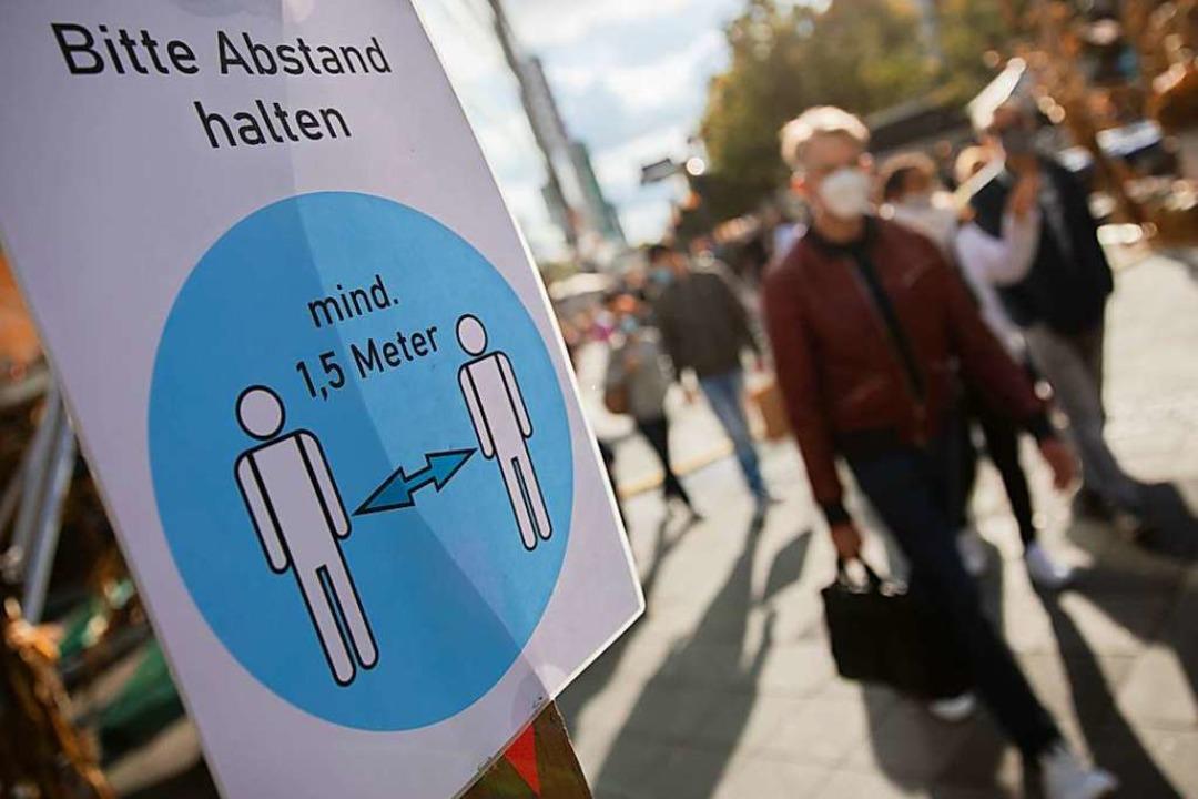 Abstand halte, Alltagsmaske, Händewasc... Lüften: Diese Regeln bleiben wichtig.  | Foto: Christoph Soeder (dpa)