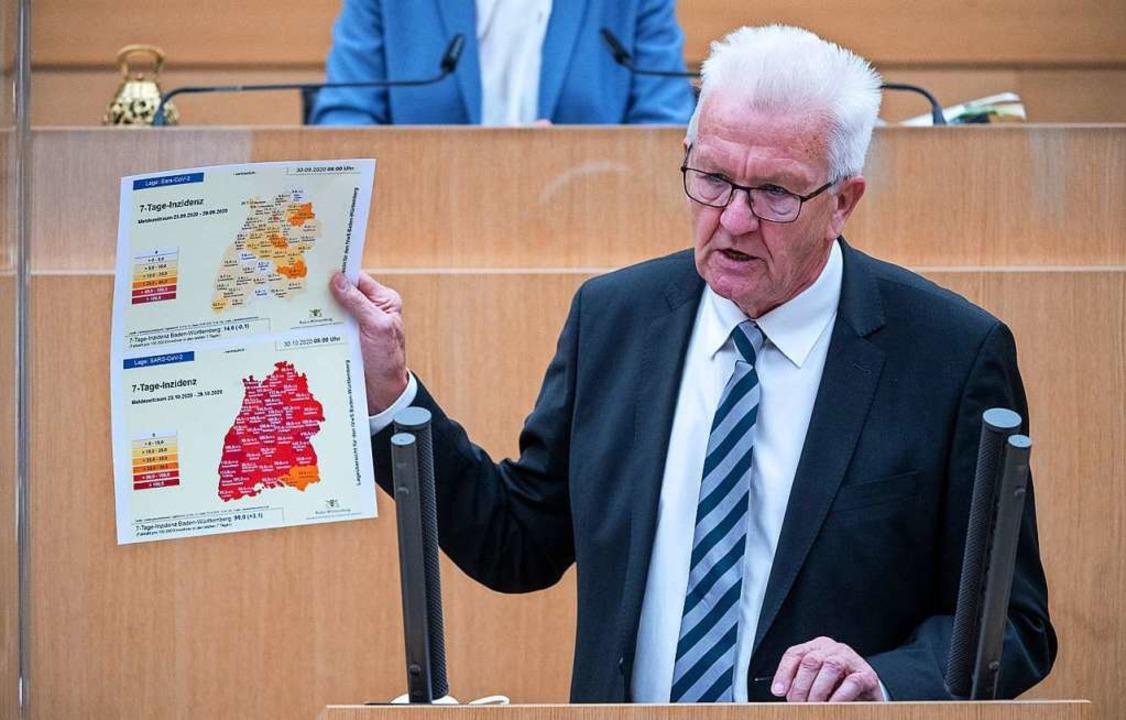 Kretschmann zeigt zwei Karten mit den ...ember (oben) und Ende Oktober (unten).  | Foto: Sebastian Gollnow (dpa)