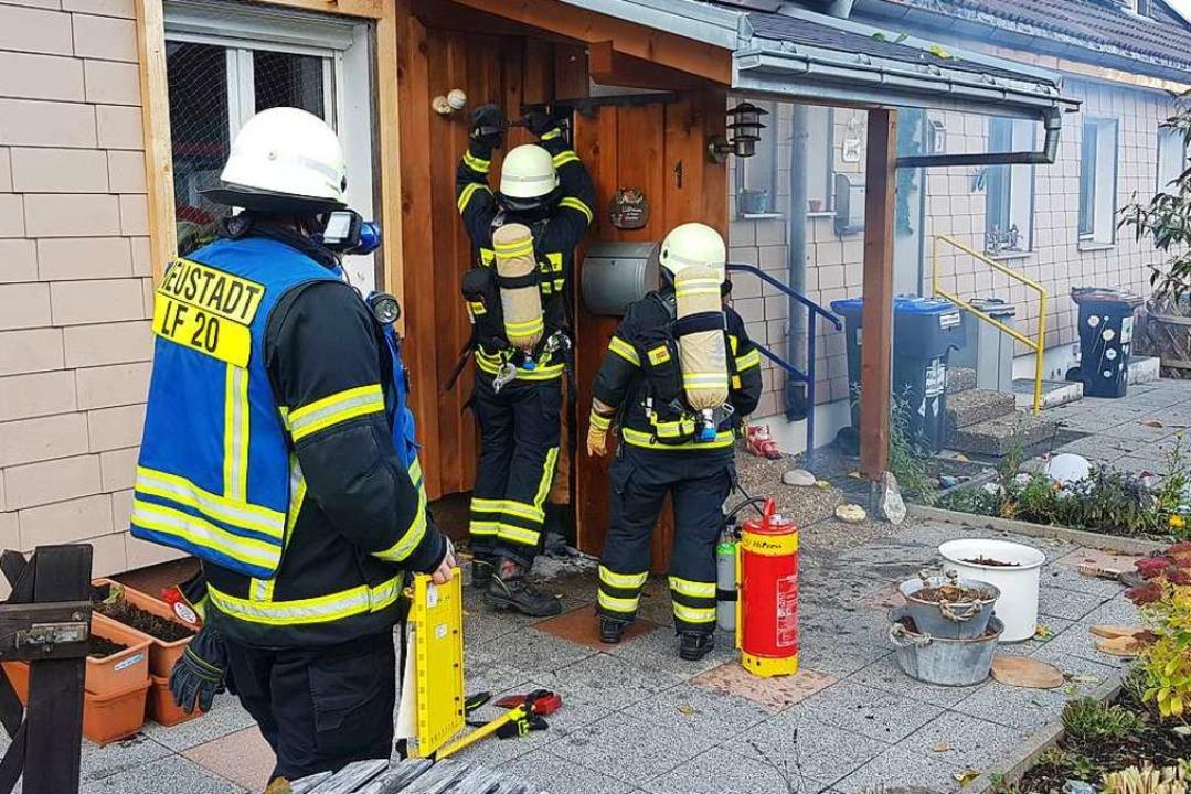 Die Feuerwehr beseitigt die Holzverschalung an der Eingangstür.  | Foto: kamera 24