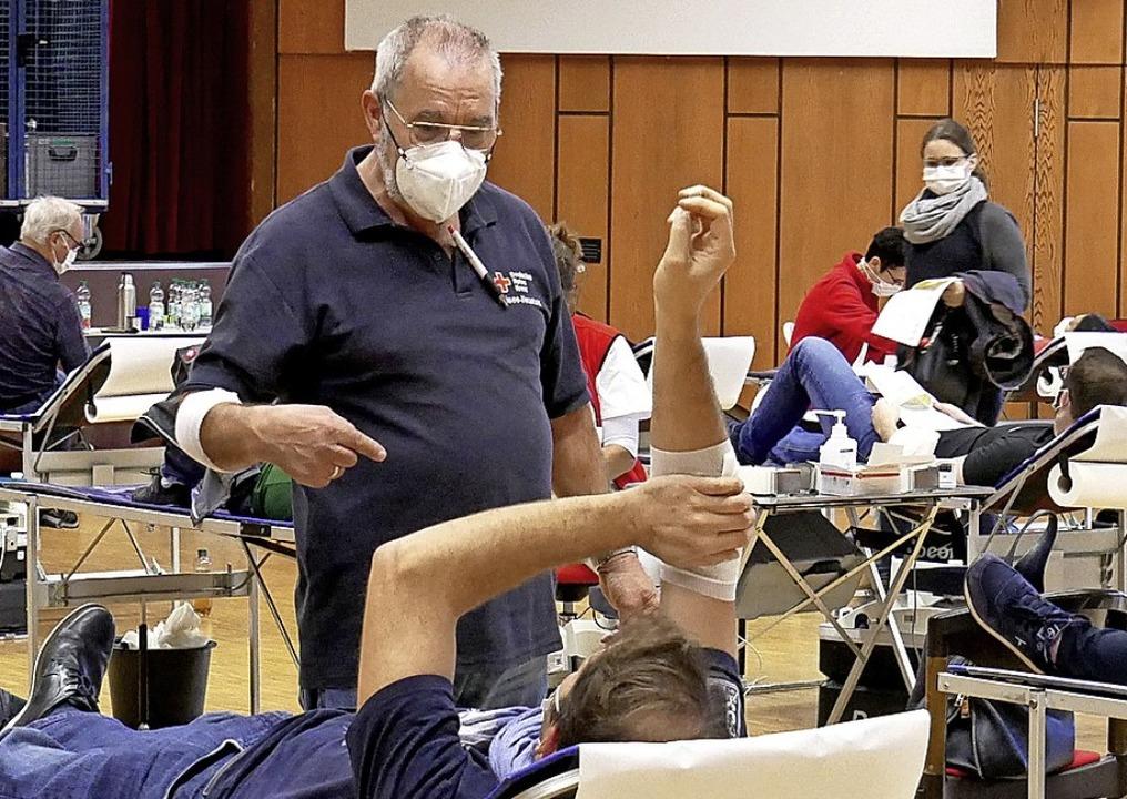 Betreuung der Blutspender im Ruhebereich durch Joachim Maxmini.   | Foto: Eva Korinth