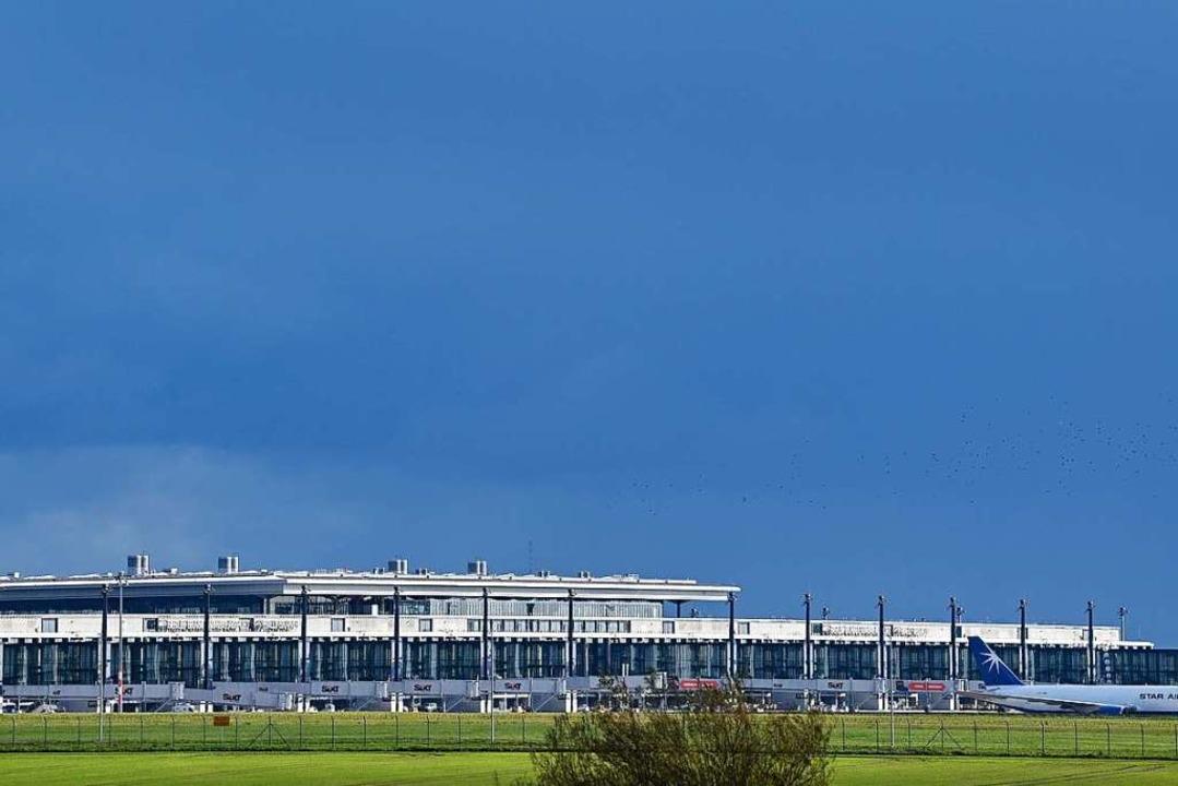 """Schlichtes Design: der neue Hauptstadtflughafen """"Willy Brandt""""    Foto: Patrick Pleul (dpa)"""
