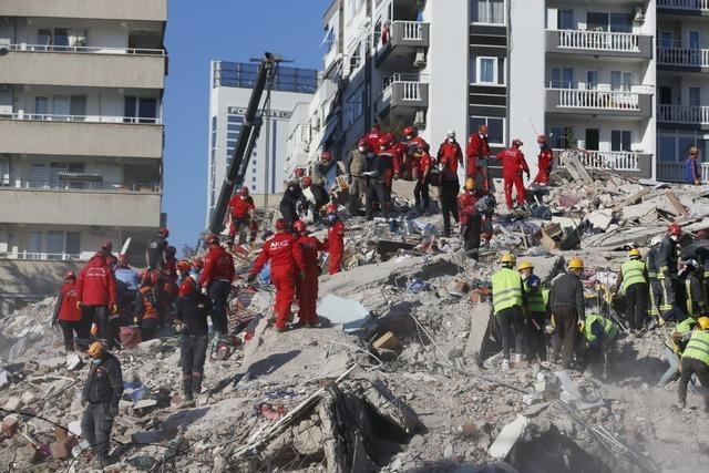 Tsunami und Gebäudeeinstürze in Westtürkei und Samos nach Erdbeben in Ägäis