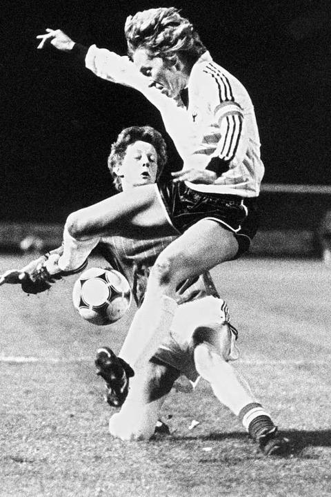 Die deutsche Spielführerin Anne Traban...derspiel 1982. Deutschland gewann 5:1.    Foto: Roland Witschel (dpa)