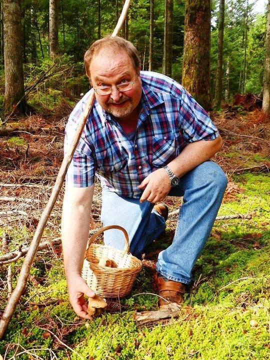 Exkursionsteilnehmer Hubert Schaub sammelt  schon seit seiner Kindheit Pilze.    Foto: Geraldine Friedrich