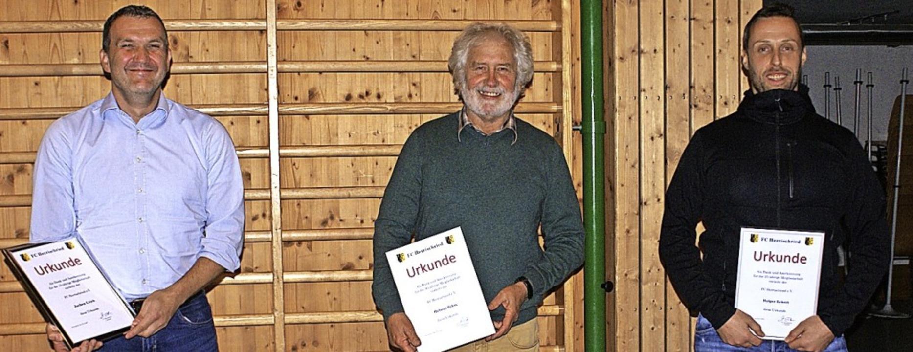 Mit Urkunden für langjährige Mitglieds...50 Jahre) und Holger Eckert (25 Jahre)    Foto: Werner Probst