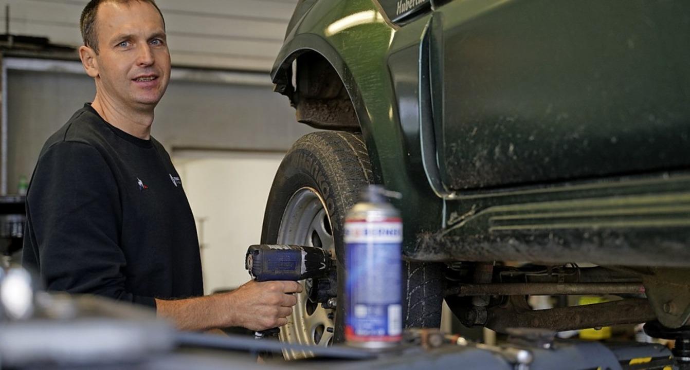 Mike Binner in seiner Werkstatt bei der Montage eines Reifens.   | Foto: Nico Talenta