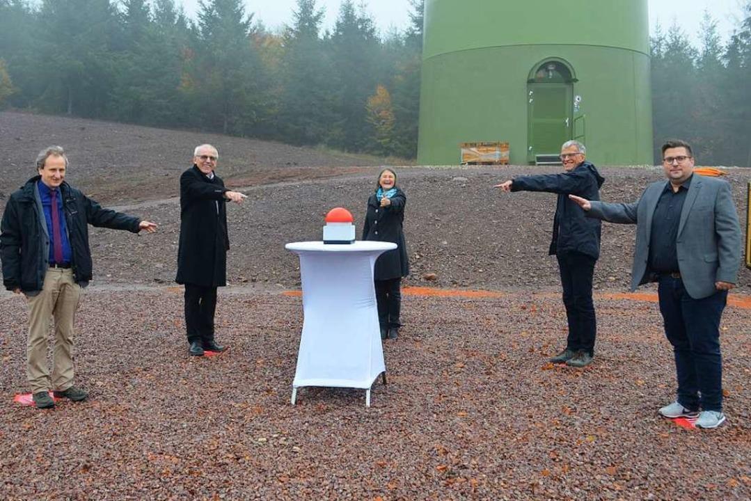 Unter der Windenergieanlage 1 drückten...rgermeister Rafael Mathis (von links).    Foto: Nikolaus Bayer