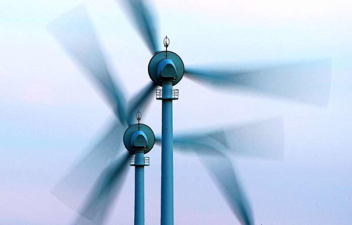 Zwei sich drehende Windräder (Symbolbild)    Foto: Karl-Josef Hildenbrand