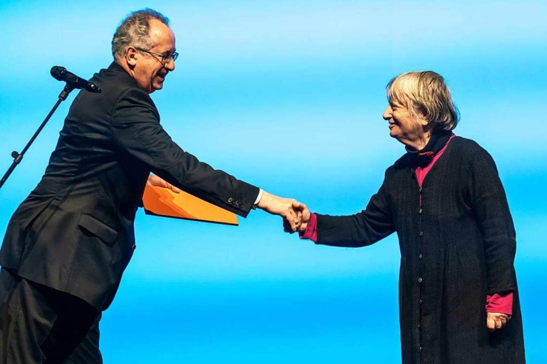 Ernst Osterkamp, Präsident der deutsch...che und Dichtung, gratuliert Elke Erb.    Foto: Frank Rumpenhorst (dpa)