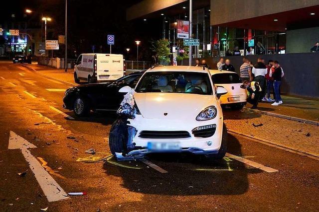 Porsche kollidiert mit drei Autos in der Hauptstraße in Offenburg