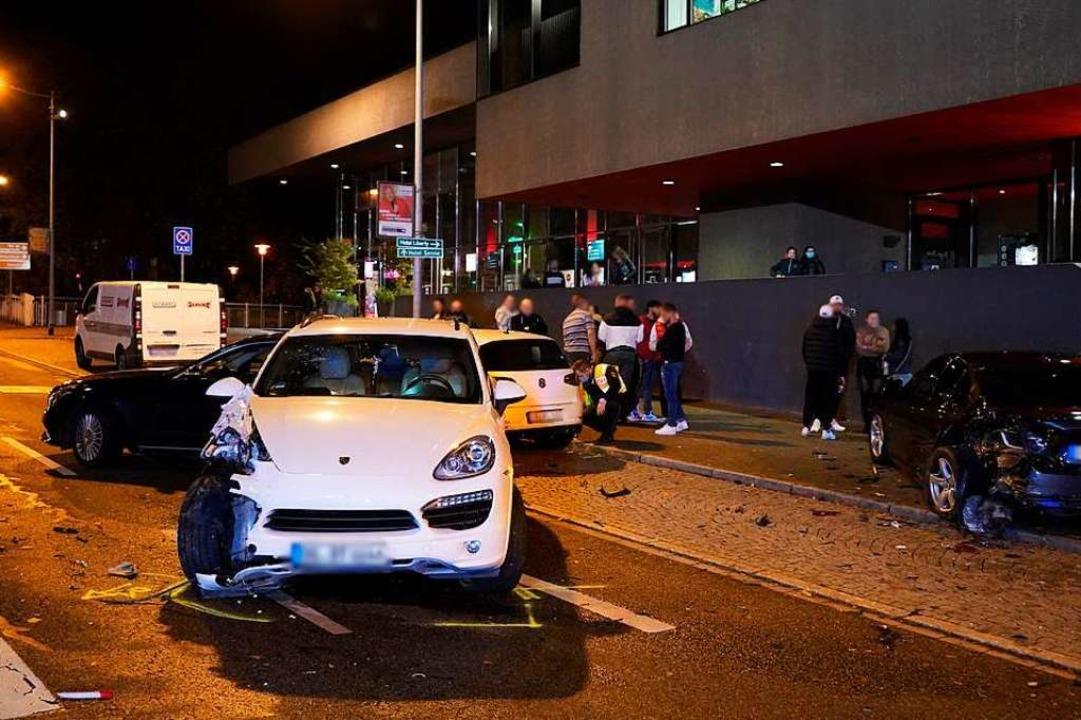 In der Hauptstraße in Offenburg ist ei...e mit drei geparkten Autos kollidiert.  | Foto: Kamera24