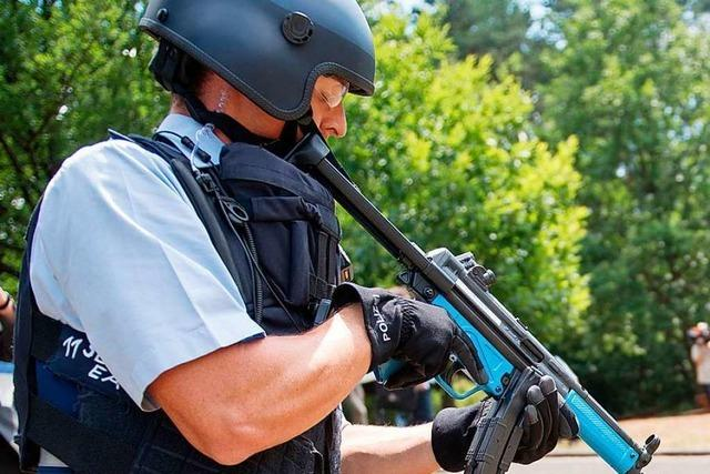 Polizisten proben den Ernstfall im Privatkurs – das kommt nicht gut an