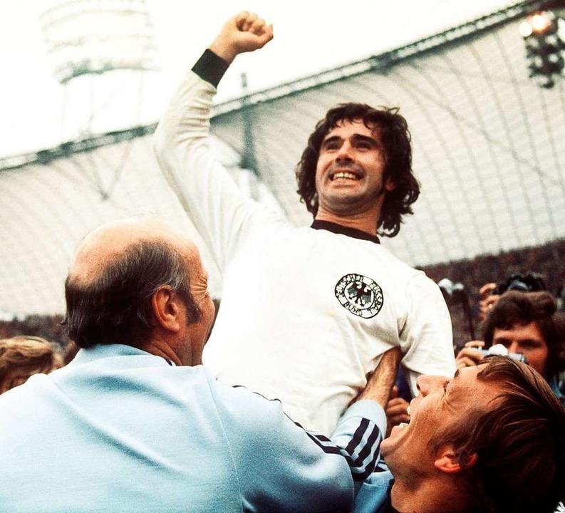Gerd Müller jubelt über den Sieg bei der Fußball-WM 1974.  | Foto: Karl Schnörrer (dpa)