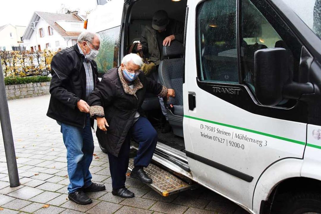 Tagespflegefahrer Erwin Bechtel hilft ... Steinen aus dem Mühlehof-Transporter.    Foto: Robert Bergmann
