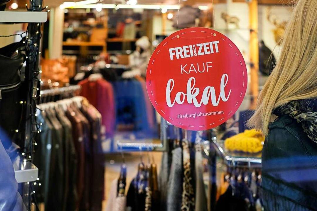 Kauf lokal – in Schaufenstern wi...eiburgs Einzelhandel für seine Aktion.  | Foto: SIMON METZGER GRAFIKSTUEBLE
