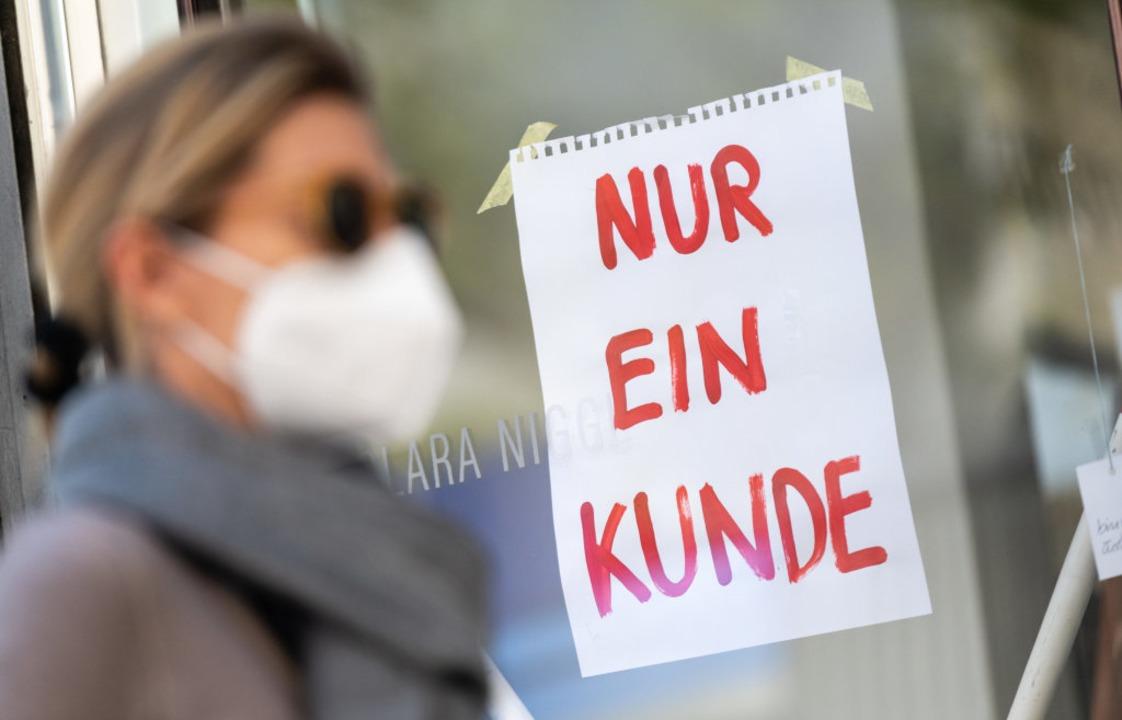 Zum Start der angeordneten Maßnahmen s...schränkung der Kontakte zu beherzigen.  | Foto: Peter Kneffel (dpa)