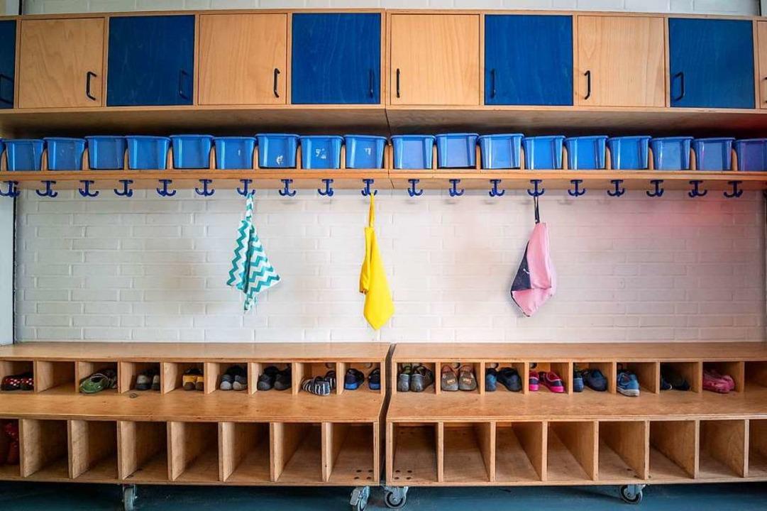 Nachmittags blieben die Garderoben im ...eil die Nachmittagsbetreuung ausfiel.   | Foto: Sina Schuldt (dpa)