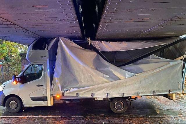 Pritschenwagen bleibt an Brücke hängen
