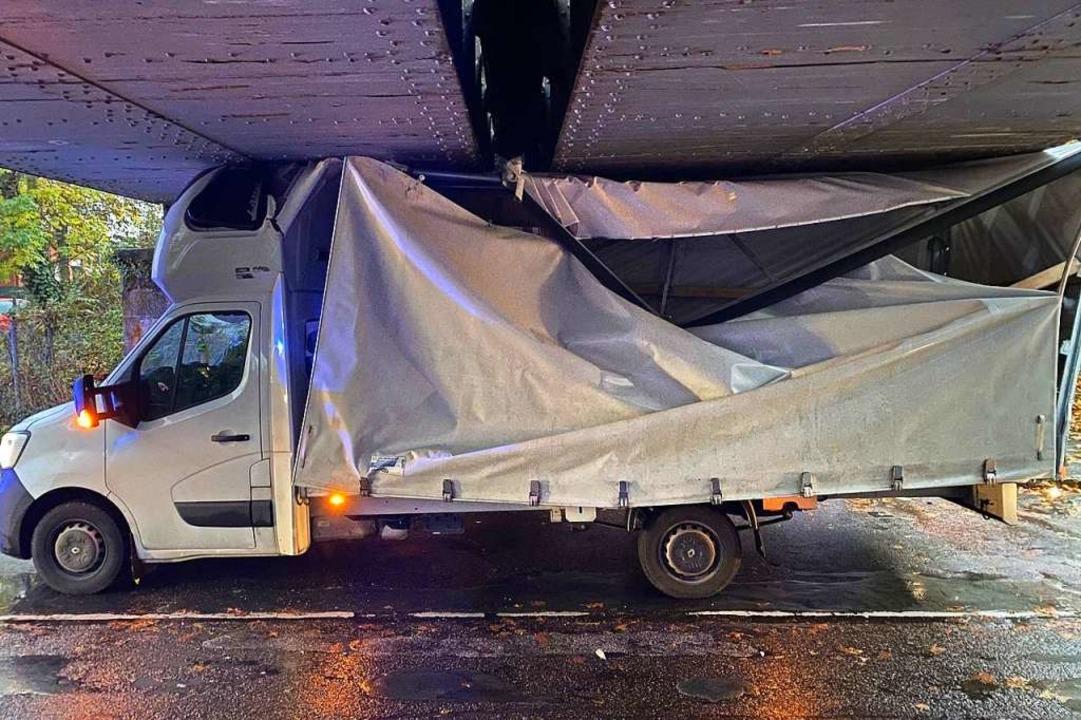 Steckengeblieben: Dieser Renault-Prits...heintalbahn über die Badstraße hängen.  | Foto: Benedikt Spether