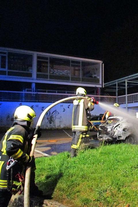 Nächtlicher Löscheinsatz der Riegeler ...er Nacht zum Sonntag ein Auto brannte.    Foto: Feuerwehr Riegel