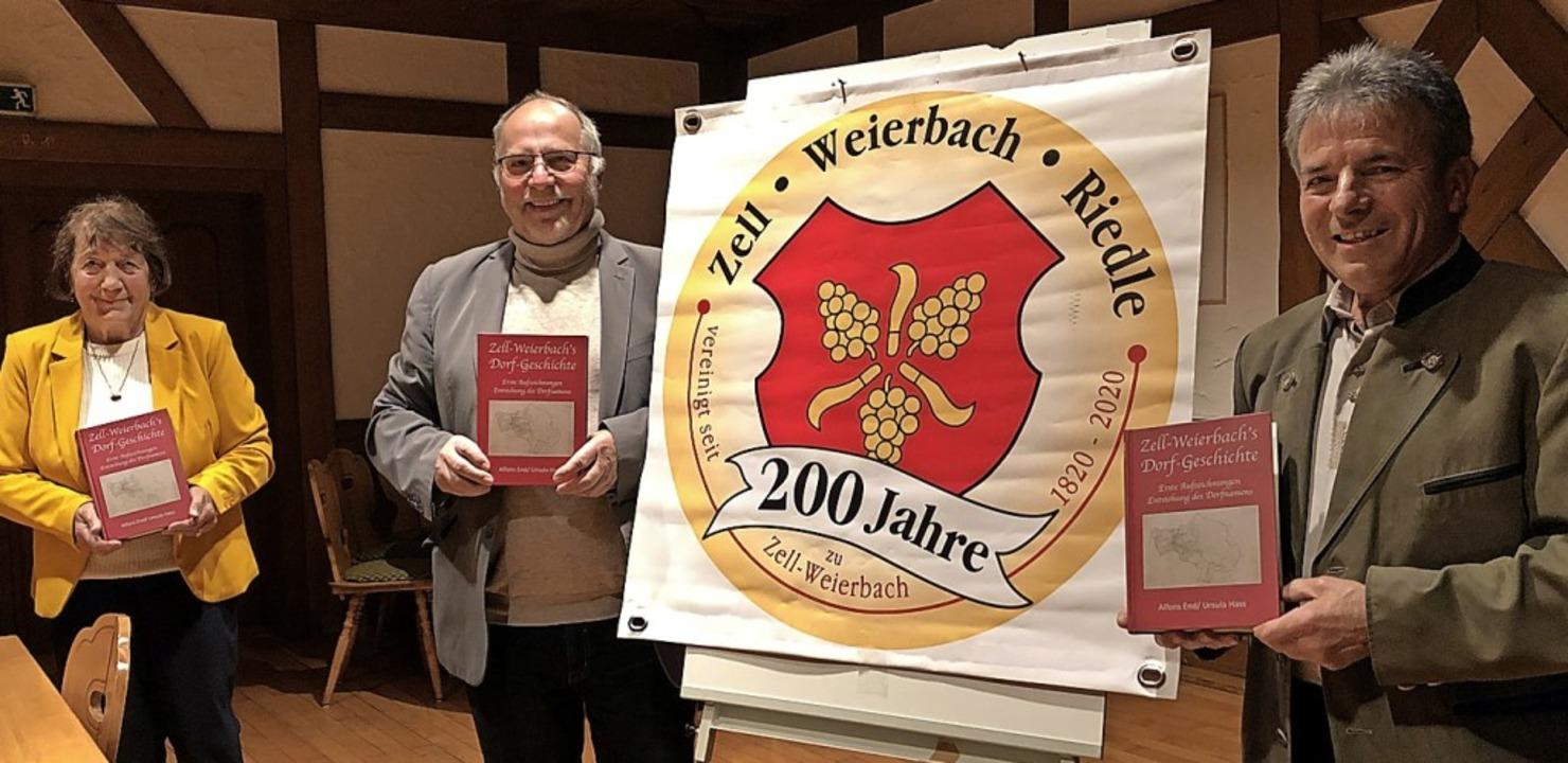 Ortsvorsteher Willi Wunsch (Mitte) mit...wie dem dorfgeschichtlichen Druckwerk     Foto: Cornelia Weizenecker