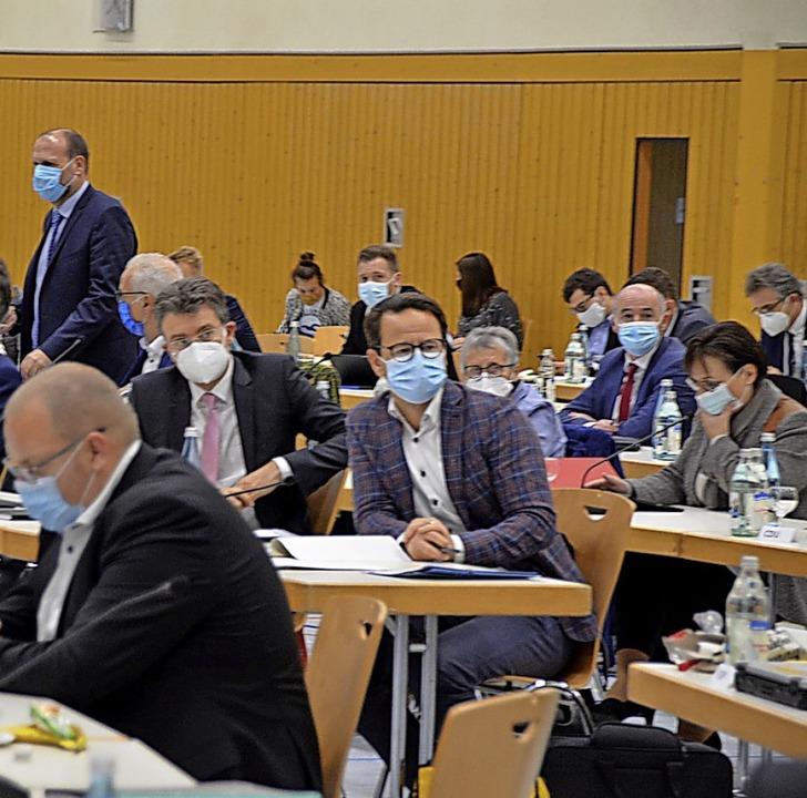 Die Mitglieder des Kreistags tagten am...Es bestand  durchgängig Maskenpflicht.  | Foto: Hubert Röderer